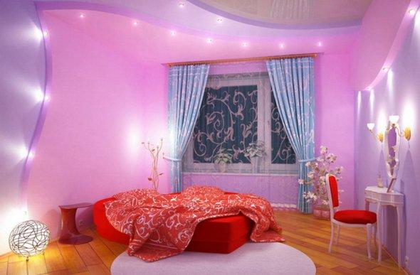 Оформление комнаты с помощью множества светильников.