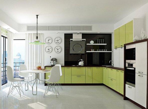 На фото светлая кухня с большими окнами.