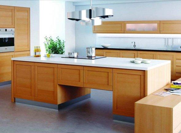 Пример интерьера с островным расположением кухонной мебели.