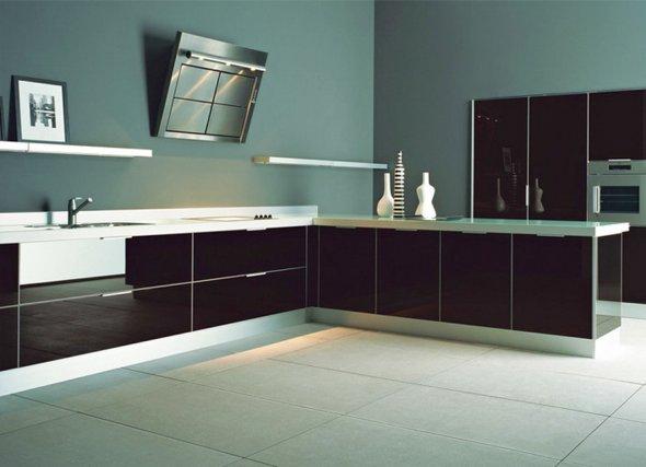Дизайн кухни в темных тонах.
