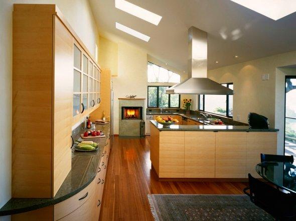 Дизайн кухни  на мансарде дома.