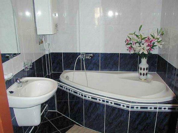 Блестящая плитка в маленькой ванной комнате увеличивает пространство.