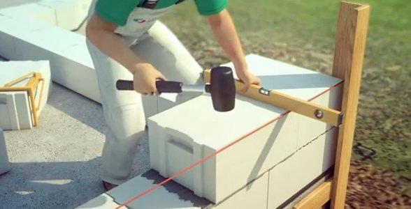 Кладка второго ряда блоков