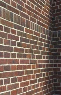 Большая стена из кирпича