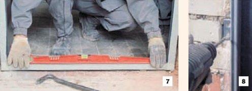 Применение строительного уровня при установке входной двери