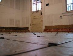 Укладка плитки на пол с использованием цементного раствора. Дешево.