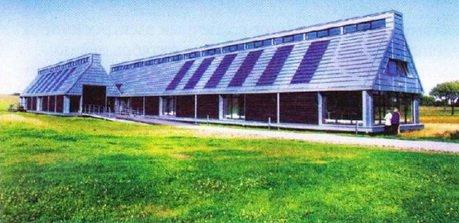 Дом с солнечными панелями на крыше