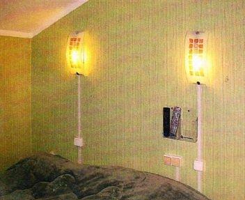 Комната с открытой электропроводкой
