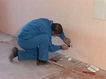 Установка розетки в стену