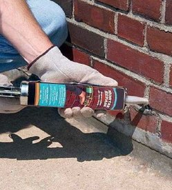 Заделка герметиком щелей в кирпичной стене