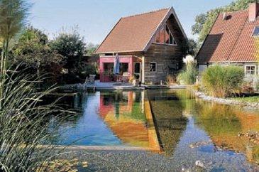 Искусственный водоем возле дома