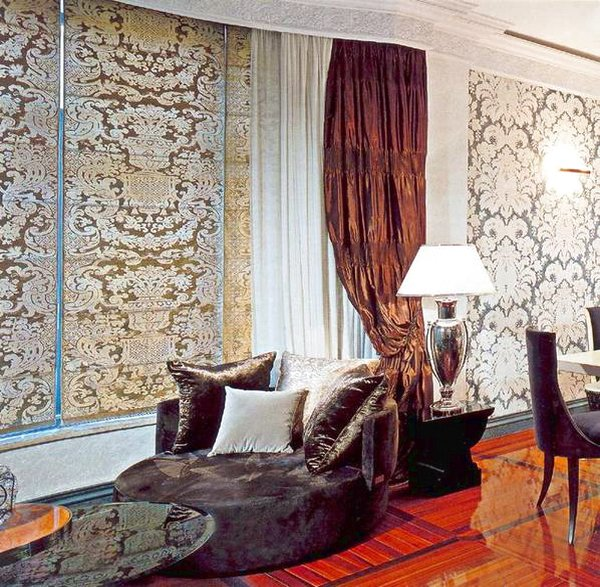 Текстильные обои на стенах в зале