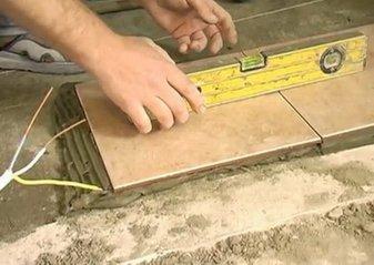 Укладка плитки на пол видео