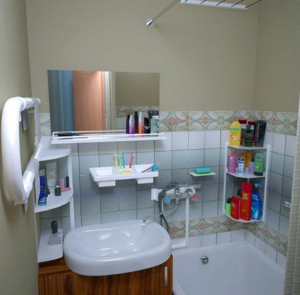 Дизайн обычной ванной с яркими акцентами