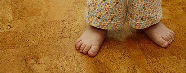 Дети на пробковом полу