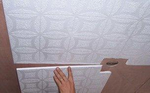 Как наклеить плитку на потолок