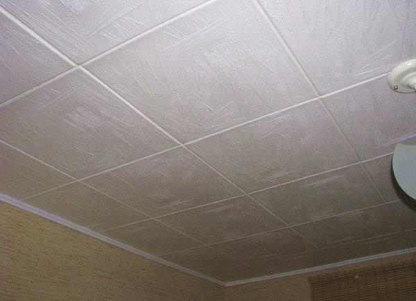 Потолок с потолочной плиткой