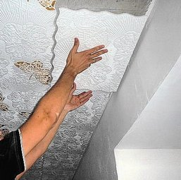 Наклейка плитки на потолок