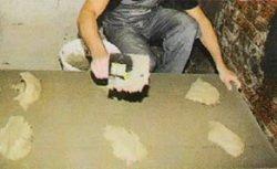 Нанесение клея на плиту