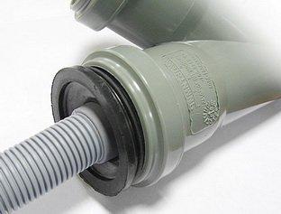 Стыковка канализационных труб на манжетах