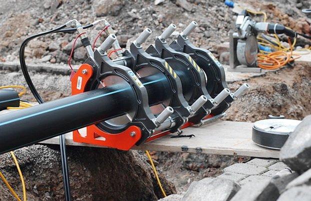 Сварка полиэтиленового трубопровода специальным сварочным аппаратом