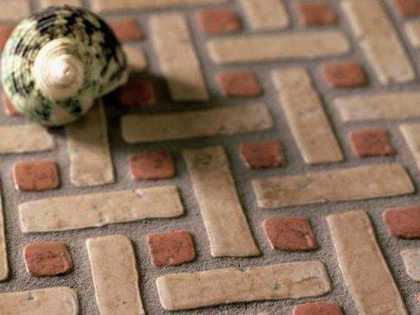Полы на террасе могут покрываться тротуарной плиткой