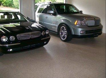 Автомобили стоят в гараже