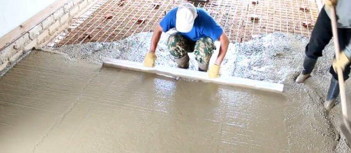 Разравнивание бетона ведется длинным правилом
