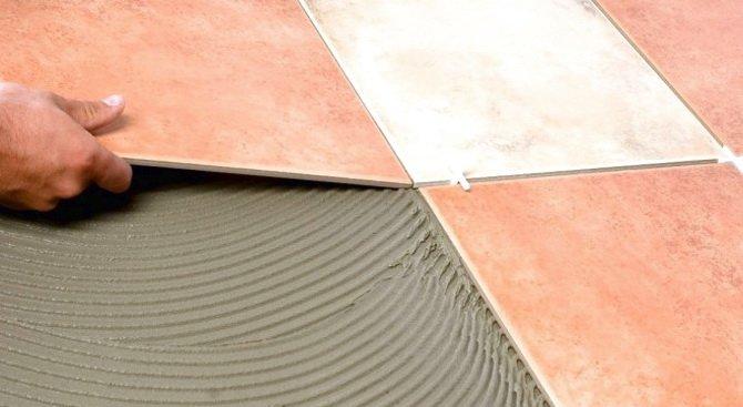 На пол укладывается керамическая плитка
