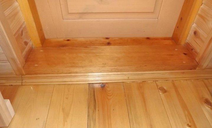 Порог входной деревянной двери