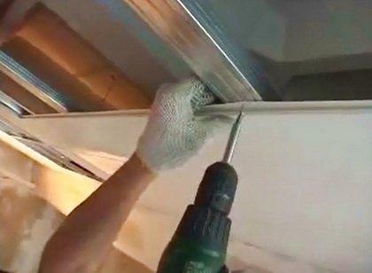 Отделка потолка пластиком — как установить панели