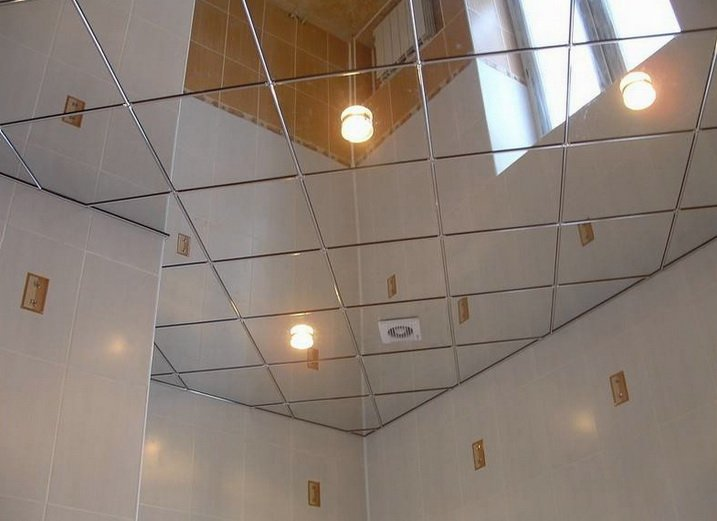 Зеркальный потолок в ванной - сложность выбора