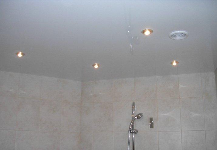 Блестящий потолок из пластика или пленки для маленькой ванной