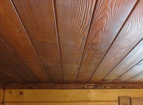 Деревянный потолок - неожиданное решение для ванной