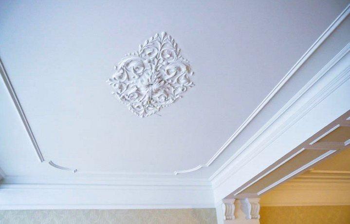 Лепнинный и расписной потолок для ванной - высокая эстетика