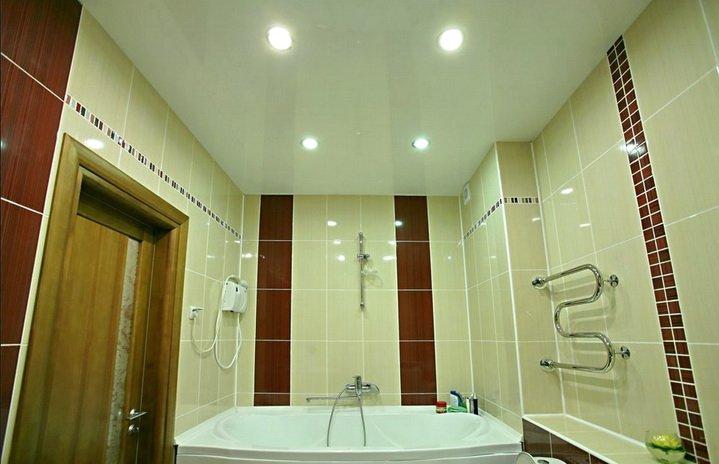 Натяжной потолок в ванной комнате - классическое решение