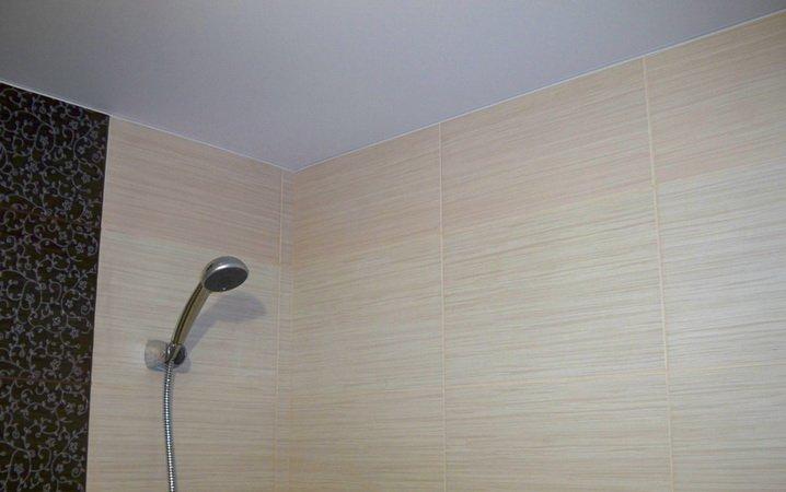 Простой потолок - минмализм в ванной