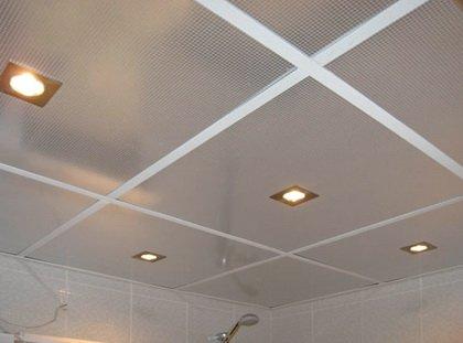 Потолок выровняли с помощью панелей