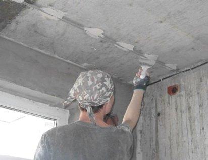 Установка маяков для выравнивания потолка штукатуркой