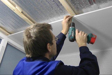 Выравнивание потолка с помощью пластика своими руками