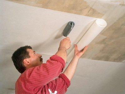 Самостоятельная наклейка обоев на потолок