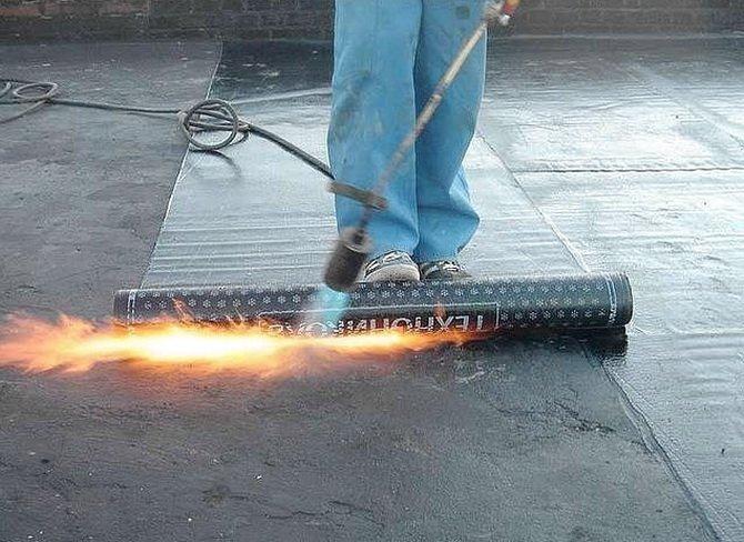 Укладка битумного покрытия ведется с использованием открытого огня