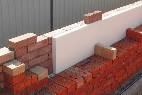 Стена из кирпича трехслойная