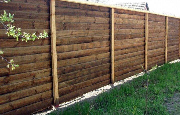Добротный деревянный забор на деревянных столбах