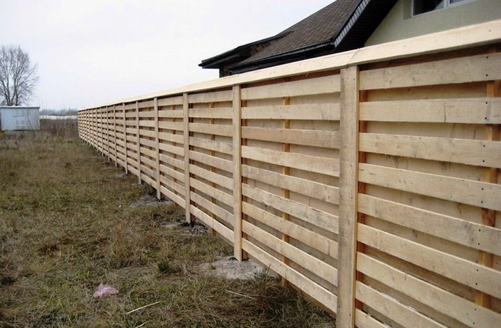 Забор из дерева может простоять долго