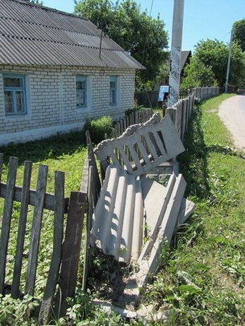 Забор из дерева наклонился и упал