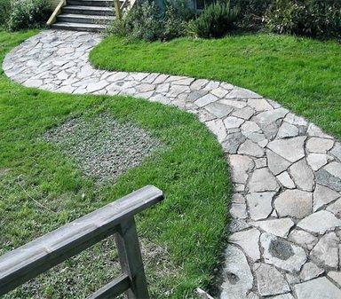 Сделанная дорожка из натурального камня