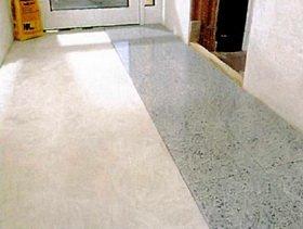 Два ряда керамогранитной плиты на полу
