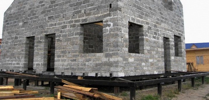 Большой дом на свайном фундаменте