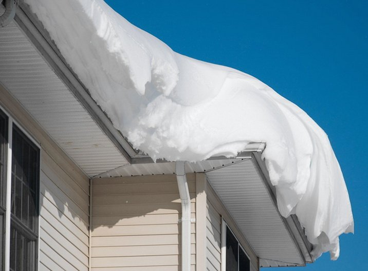 Много снега на крыше, возможен сход лавины